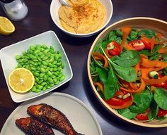 NEM AFTENSMAD ☘️.. Idag stod den på stegt laks med edamame bønner, hummus og en hurtigt grøntsags salat 🙌🏻🌿. Intet ekstravagant, men super lækkert og nemt 👌🏻. God aften ❤️. #salad #salat #laks #salmon #hummus #kikærter #grøntsager fishtacos fisktacos lax