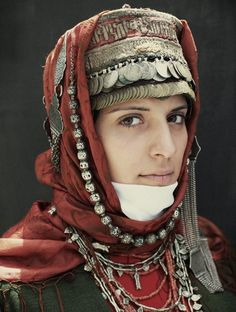 The headdress is quite fancy yet practical from shielding one's head from blowing wind or sand, could pull the white cloth over one's mouth and nose. I also like the person's calm, thoughtful gaze)