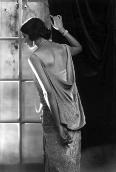 Portrait de femme à sa fenêtre, Paris, c1920 (Photographer unknown)