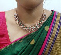 Diamond Necklace Simple, Diamond Choker, Gold Choker Necklace, Diamond Pendant, Emerald Necklace, Gold Necklaces, Gold Bangles, Diamond Jewellery Indian, Saree Jewellery
