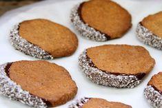 Biscoito de coco e amendoim sem glúten, sem lactose e sem farinha. Leva poucos ingredientes, fica muito crocante e é extremamente fácil de fazer.