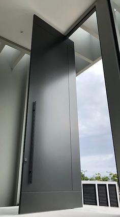 Portas em ACM | Projetta Aluminio | Uberlândia-MG Door And Window Design, Double Door Design, Door Gate Design, Garage Door Design, Main Door Design, Entrance Design, Modern Entrance Door, Modern Exterior Doors, House Entrance