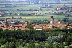 Panoramica di Castel San Pietro.. circondata da verdi colline...