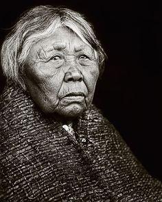 EN - Restored portrait of Hleastunuh, Skokomish Indian. Original photograph from 1912 by Edward S. Curtis.   ES - Retrato restaurado de Hleastunuh, una india Skokomish. Fotografía original creada por Edward S. Curtis en 1912.
