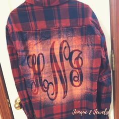 Flannels are cozy and now even CUTER with this DIY version! Watch how easily Junque 2 Jewels creates this monogram flannel in minutes. aufbewahrung garten kleidung kosmetik wohnen it yourself clothes it yourself home decor it yourself projects Bleach Shirt Diy, Shirt Refashion, T Shirt Diy, Clothes Refashion, Bleach Pen, Cut Up Shirts, Tie Dye Shirts, Cutting Shirts, Flannel Shirts