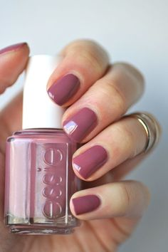 This is a great summer to fall transitional color Essie Mauves : Island Hopping . - This is a great summer to fall transitional color Essie Mauves : Island Hopping Uv Gel Nagellack, Nagellack Design, Cute Nails, Pretty Nails, Essie Nail Colors, Pretty Nail Colors, Hair And Nails, My Nails, Pink Nails
