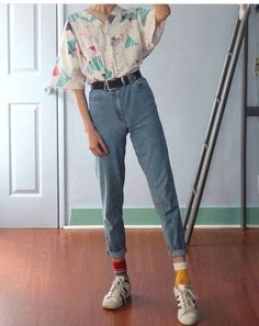 These are some ways to style mom jeans that you're definitely going to love. Check them out for the next pair of mom jeans that you'll be buying! 10 Different Ways To Style Mom Jeans - 10 Different Ways To Style Mom Jeans Retro Outfits, Mode Outfits, Casual Outfits, Fashion Outfits, Jeans Fashion, Casual Jeans, Fashion Clothes, Classy Outfits, 80s Style Outfits