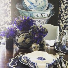 { L A Y E R S } Layers of tableware, layers of blue #tableware #layers #blueandwhiteforever #juliska #saturdaynight #tablesetting #classic #instorenow #theclassicoutfitter