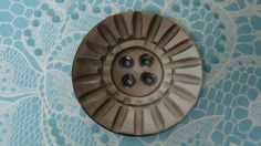 Large carved Shell Button - nice design - Bouton nacre gros