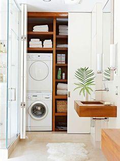 aménagement buanderie, deux machines à laver l'une au dessus de l'autre et colonne de rangement