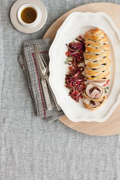 Bello da vedere e buonissimo da mangiare. Prova con Sale&Pepe la ricetta di questo gustoso filetto di maiale in crosta.