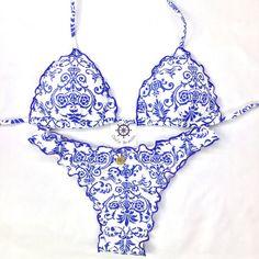 Biquíni empina bumbum (ripple) fechado em tecido estampado arabescos azul e branco com bojo removível.