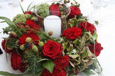 Centerpiece sommerlich-elegant mit roten Rosen, Dahlien und Edelweiss, dazu große Glaswindlichter - Heiraten in Garmisch-Partenkirchen an der Zugspitze, Riessersee Hotel Resort, Bayern - Wedding in Bavaria