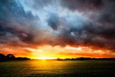 Después de la tormenta siempre ...llega la calma, pero si tarda en llegar debemos aprender a vivir  en la tormenta