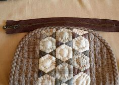 Part 3 of zippered pouch with quilted insert tutorial.  In Russian --use google translate.  All 3 parts pinned.