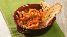 Ricetta Calamari in umido di Carlo: La versione dei calamari in umido di Carlo è molto gustosa. Una ricetta facile e veloce ideale per chi non ama il pesce con le spine. Provatela! Calamari, Italian Recipes, Thai Red Curry, Shrimp, Seafood, Spine, Fish, Meat, Cooking