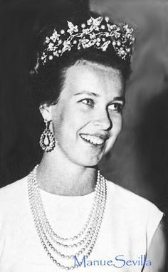 """HRH Maria Gabriella di Savoia wearing tiara, baroque pearls and diamonds """"ornement de corsage"""" which had belonged to her grand-mother, Queen Elena of Italy. Royal Crown Jewels, Royal Crowns, Royal Tiaras, Royal Jewelry, Tiaras And Crowns, Casa Real, Happy Birthday Princess, Royal House, Prince And Princess"""