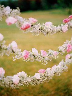 Gipsówka na ślubie - girlanda z innymi kwiatami