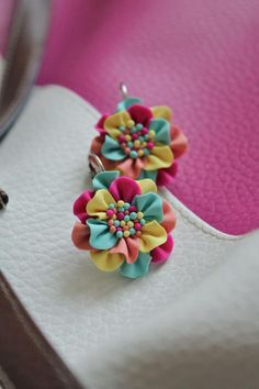 Really want great tips and hints on handmade jewelry? Head out to my amazing site and get a Fine Handmade Jewelry Magazine Free! Polymer Clay Canes, Polymer Clay Flowers, Polymer Clay Miniatures, Fimo Clay, Polymer Clay Projects, Polymer Clay Creations, Polymer Clay Earrings, Clay Beads, Crea Fimo