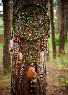 Beautiful green dream catcher with green thread/cord and colorful beads. Beautiful Dream Catchers, Dream Catcher Art, Dream Catcher Mobile, Creation Art, Creation Deco, Sun Catchers, Beltane, Nature Crafts, Forest Crafts
