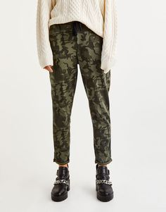 Camouflage jogging trousers with rolled-up cuffs - Trousers - Clothing - Woman - PULL&BEAR United Kingdom Trouser Outfits, School Outfits, Jogging, Camouflage, Back To School, School Clothing, Trousers, Sweatpants, Clothes For Women