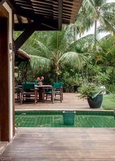 Como uma casa no estilo Bali, a fotógrafa carioca Suzette Freeman mudou para seu refúgio de veraneio na Praia do Forte e agora vive sempre em clima de férias