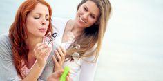 Afwasmiddel heeft iedereen wel in huis. Wist je dat je met dit budgetmiddeltje veel meer kan doen dan alleen de afwas (of bellen blazen)? Vansieraden laten blinken tot fruitvliegjes uitbannen: probeer deze tips eens! 1. Verwijder vetvlekken op kleding met afwasmiddel O nee, sladressing gemorst op je blouse? Wrijf een beetje wasmiddel op de vlek…