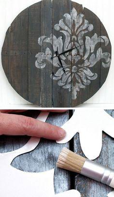 Используя доски и трафарет возможно создать интересные часы, которые украсят интерьер.