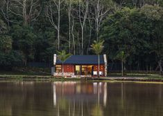The Lake House is designed by Cadi Arquitetura, Space to meet friends and enjoy good music. The Lake House was the wish of the owner Rustic Lake Houses, Haus Am See, Rustic Contemporary, Rio Grande Do Sul, Cabin Homes, Traditional House, Cabana, Rustic Style, Tiny House