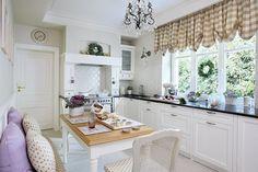 Kuchnia - Kuchnia jest biała z obowiązkowymi lawendowymi dodatkami.  kuchnia, biel, drewno, lawenda