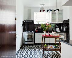 Os revestimentos dão o tom para a cozinha desse apê em São Paulo.