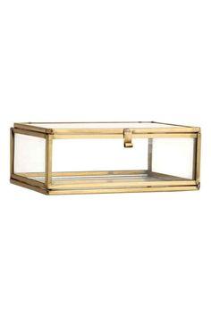 Boîte en verre: Boîte en verre transparent avec cadre en métal vieilli. Modèle avec couvercle muni d'un petit crochet. Dimensions 5x10,5x13 cm.