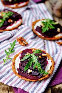 KRUCHE BABECZKI Z KOZIM SEREM I BURAKIEM Italian Cooking, Appetisers, Party Snacks, Vegetable Pizza, Appetizer Recipes, Catering, Food Photography, Grilling, Yummy Food