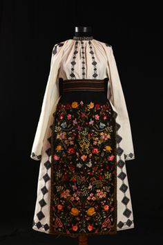 The floral embroidery is terrific! Historical Costume, Historical Clothing, Traditional Fashion, Traditional Dresses, Folk Embroidery, Floral Embroidery, Embroidery Patterns, Ethno Style, Hippy Chic