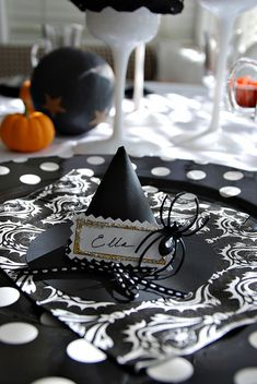 Witches Tea Party with FREE Halloween Printables! -- Tatertots and Jello (Halloween Witch Party) Halloween Table, Holidays Halloween, Halloween Themes, Halloween Crafts, Happy Halloween, Halloween Party, Halloween Decorations, Halloween Witches, Halloween Centerpieces