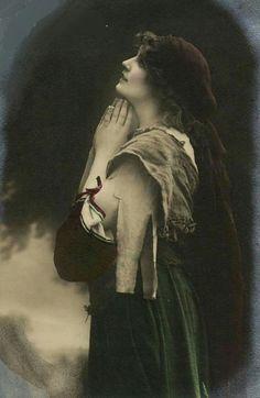 Beauty Gypsy Girl Praying Vintage Photo Postcard CA Gypsy Girls, Gypsy Women, Vintage Girls, Retro Vintage, Vintage Photography, Portrait Photography, Old Photos, Vintage Photos, Daughters Of The King