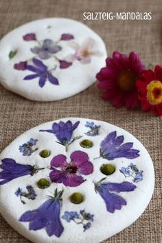Out into nature: crafts with natural materials - salt dough mandalas, DIY: Salt dough Mandalas are a creative natural materials craft idea for children and adults. The salt dough recipe is made easy and fast. The flowers. Cute Diy Crafts, Kids Crafts, Diy Crafts To Sell, Sell Diy, Creative Crafts, Yarn Crafts, Decor Crafts, Salt Dough Crafts, Nature Crafts