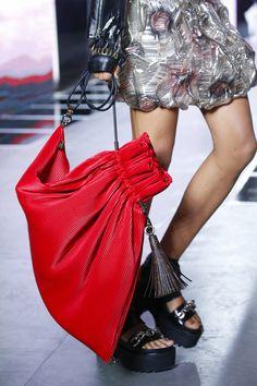 Louis Vuitton Spring 2016 Ready-to-Wear Fashion Show - Fernanda Hin Lin Ly Fashion Bags, Fashion Show, Fashion Handbags, Net Fashion, Fashion 2016, Best Designer Bags, Trendy Handbags, Fashion Week Paris, Vogue Paris