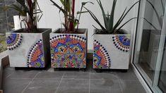 Cubos 40 con venecitas Mosaic Flower Pots, Mosaic Pots, Painted Flower Pots, Mosaic Garden, Painted Pots, Mosaic Glass, Mosaic Art Projects, Mosaic Crafts, Mosaic Designs