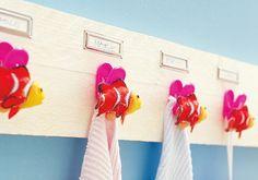 Für individuelle Handtuchhalter ein ca. 50 cm langes Brett im Baumarkt zuschneiden lassen und mit einer Farbe nach Wahl bemalen. Nach dem Trocknen Die Namensschilder aufkleben. Die Deko-Fische auf die Klammern kleben, dann die Klammern mit Heißkleber am Brett anbringen.  Material: Brett aus dem Baumarkt, Farbe, Namensschilder, Klammern, Deko-Fische, Heißkleber. Brett ca. 4 Euro, Farbe ca. 10 Euro, Namensschilder (Bürobedarf) ca. 1,50 pro Stück, Klammern (Wäscheklammern) ca. 5 Euro…