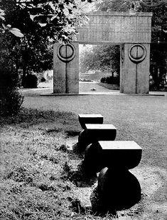 Brancusi ''The Kiss Gate'' Brancusi Sculpture, Constantin Brancusi, Outdoor Sculpture, Modern Artwork, Abstract Styles, Land Art, Installation Art, Art School, Photos