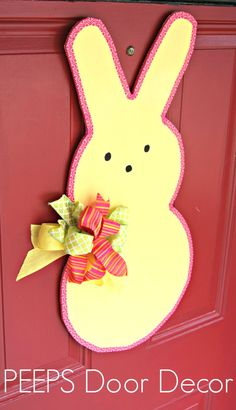 SUPER Simple tutorial to make an Easter Peeps Door Decor! Fun DIY craft thats perfect for Easter! by 3 Little Greenwoods #EasterDecor #EasterDecorationIdeas #Easter #PEEPS #PEEPSONALITY