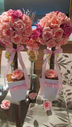 Esta linda topiara em rosas em e.v.a na cor rosa & pink  são lindas e muito elegantes, certamente arrasarão em sua festa  E.V.A. é um material perfeito pois imita o toque aparência e textura de uma rosa natural  Topiara contém 32 rosas grandes, em um vaso MDF branco vaso mede: 11x11 alt.total 37 cm. R$ 80,90