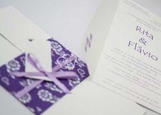 convite de casamento com faixa floral nos tons lilás e branco - Galeria de Convites