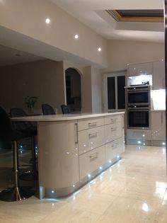 Kitchen Dinning Room, Kitchen Tiles, Kitchen Colors, New Kitchen, Kitchen Decor, Gloss Kitchen Cabinets, Beige Cabinets, Cashmere Gloss Kitchen, Kitchen Diner Extension