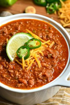 Classic Chili recipe made with bacon, ground beef, vegetables, beans, and tasty combination of spices to make chili seasoning. Bacon Chili Recipe, Vegetable Chili Recipe, Pork And Beans Recipe, Classic Chili Recipe, Chili Recipes, Soup Recipes, Cooking Recipes, Best Slow Cooker Chili, Ground Beef Chili