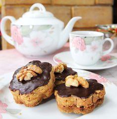 Walnut Kekse - Kue sehat berbahan dasar kacang walnut yang dicampur dengan dark coklat yang sangat baik bagi kesehatan. Dark cokelatnya merupakan asam lemak tak jenuh dengan kandungan cocoa-nya yang tinggi, sedangkan walnut sangat baik untuk kesehatan jantung, mengontrol kadar gula dalam darah, mengurangi resiko pembeukan darah, membantu melembabkan kulit, dan sebagai sumber vitamin B kompleks. Total kalori: 1240 kcal, Harga: Rp 75.000,- /box Berat Netto: 250gr