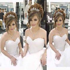Peinados recogidos con corona de reina