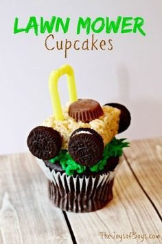 These easy puppy cupcakes are adorable and easy to make. Your kids will love helping you to create their own puppy cupcakes. Fathers Day Cupcakes, Fathers Day Cake, Fathers Day Crafts, Summer Cupcake Recipes, Summer Cupcakes, Dessert Recipes, Dessert Ideas, Oreo Dessert, Mini Desserts