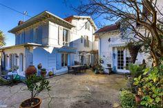Exposée sud-ouest, charmante maison de ville de 200 m² sur un jardin de 500 m² située proche du centre de Biarritz. Elle offre une entrée, un salon, une cuisine séparée, un bureau, 4 chambres, 2 salles d'eau et une salle de bain. Terrasse et dépendance complètent ce bien de qualité.
